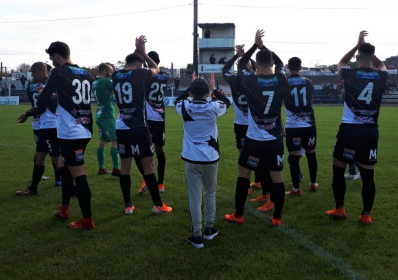 Jugadores de Danubio saludan. Foto: AUF.
