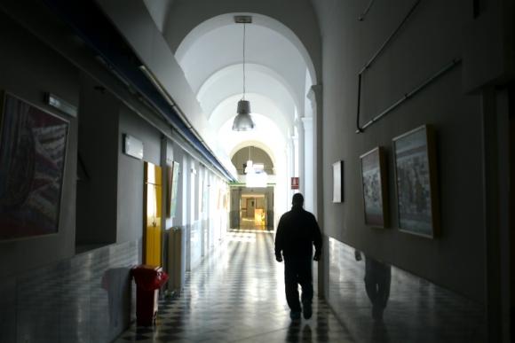 Hombre caminando por un pasillo del hospital Maciel. Foto: Leonardo Mainé
