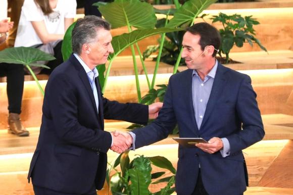 Macri saluda a Marcos Galperín, CEO y fundador de Mercado Libre. Foto: Reuters