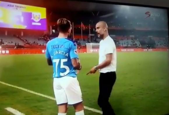 Aleix García recibiendo las indicaciones de Pep Guardiola