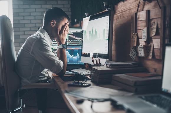 hombre-frustrado-frente-computadora