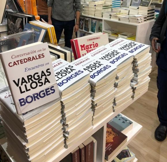Sobrecubierta del libro Conversaciones en las catedrales de Ruben Loza Aguerrebere en la feria del libro de Lima. Foto: Ruben Loza Aguerrebere