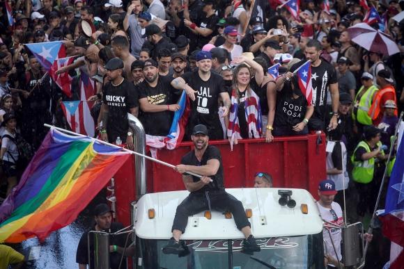 Los músicos Residente y Ricky Martin este lunes en las protestas. Foto: AFP