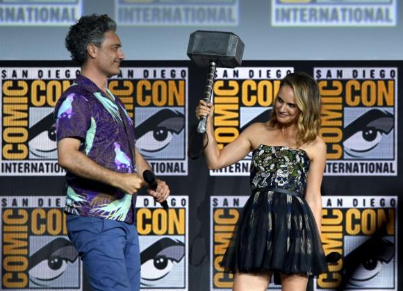 El director Taika Waititi junto a Natalie Portman, quien regresa para la cuarta película de Thor. Foto: AFP