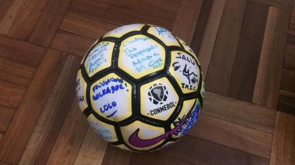 Recuerdo: La pelota firmada por todo el plantel para el goleador.