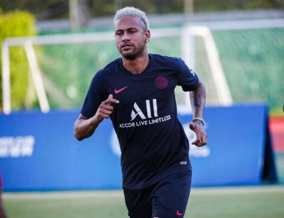Neymar entrena con el PSG pero con cara de pocos amigos