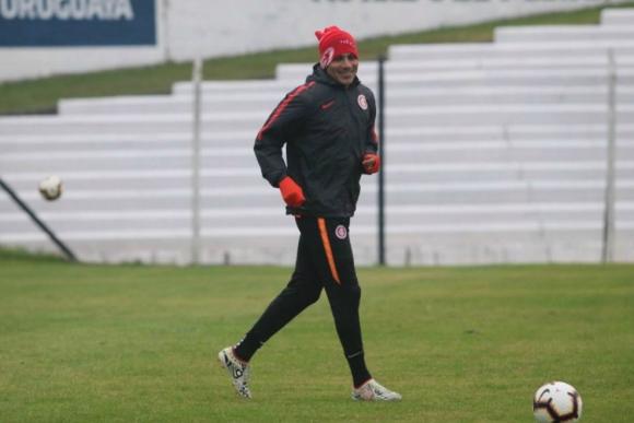 Paolo Guerrero en las tareas que realizó en la cancha de Danubio