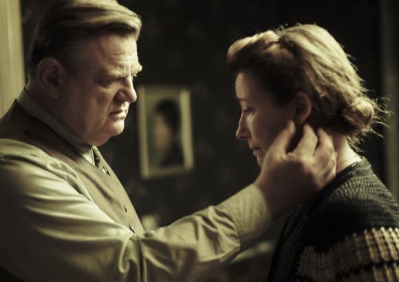 """Brendan Gleeson y Emma Thompson en la película """"Solos en Berlín"""" que integra la selección del Festival de Cine Judío. Foto: Difusión"""