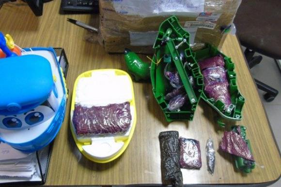 Encontraron 478 gramos de droga en un barco y un dinosaurio de juguete. Foto: Ministerio del Interior.