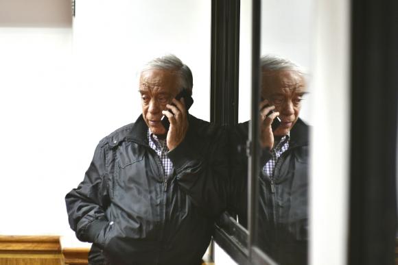 Héctor Amodio Pérez habla por teléfono. Foto: Fernando Ponzetto