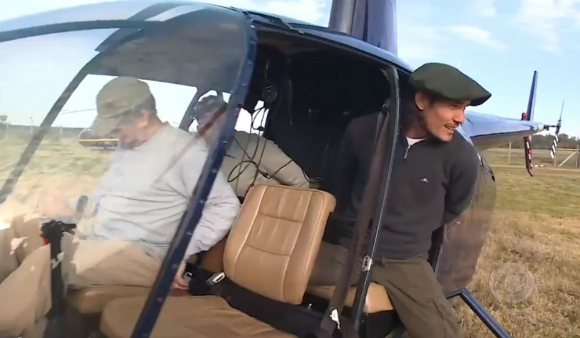 Edinson Cavani subiéndose al helicóptero