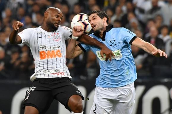 Intenso. Así fue el partido contra Corinthians. Foto: AFP