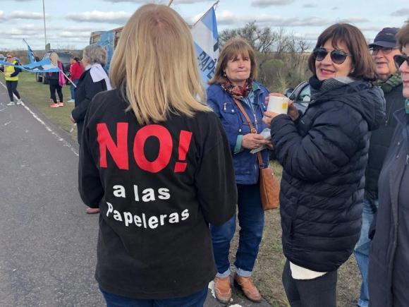 Vecinos de Gualeguaychú se manifestaron cerca del puente internacional Gral. San Martín. Foto: Daniel Rojas