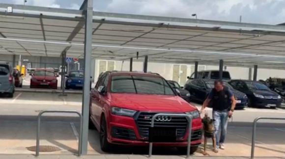 Inspeccionando los coches de Messi y Suárez en el aeropuerto de Barcelona