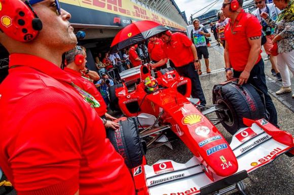 Mick Schumacher el domingo en el Gran Premio de Alemania, cuando dio una vuelta al circuito en la Ferrari de su papá. Foto: EFE