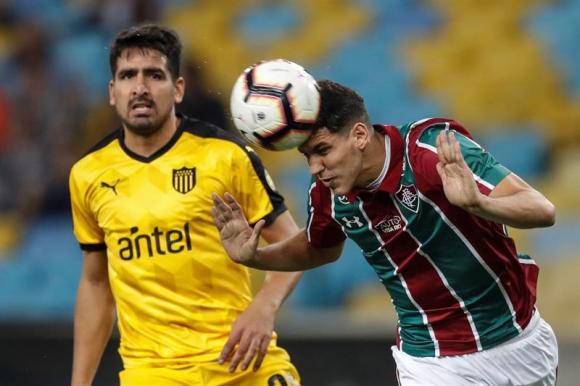 Peñarol cayó ante Fluminense por 3-1 y se despidió de la Sudamericana. Fotos: EFE