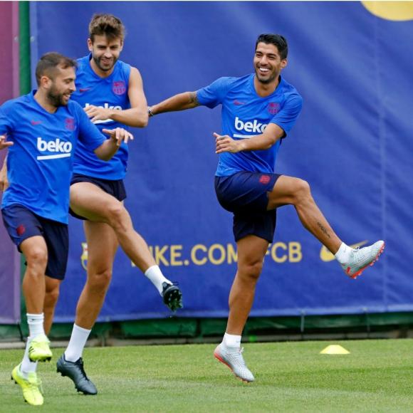 Luis Suárez entrenando con Jordi Alba y Gerard Piqué