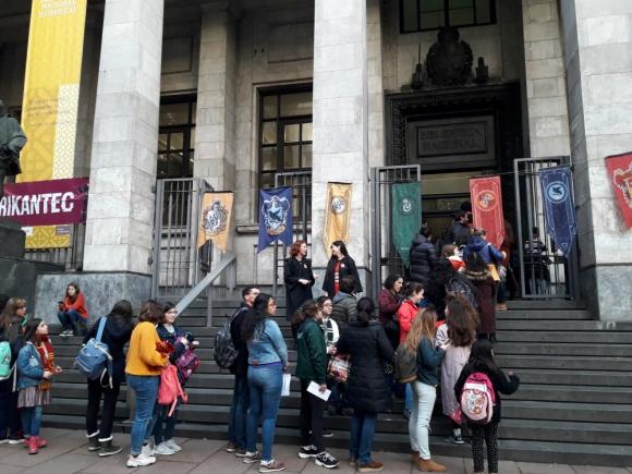Los fanáticos esperando la apertura de la Potternight en la Biblioteca Nacional. Foto: Nicolás Lauber