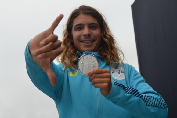 Julian Schweizer posando con su medalla en los Juegos Panamericanos de Lima 2019. Foto: Enrique Arrillaga.
