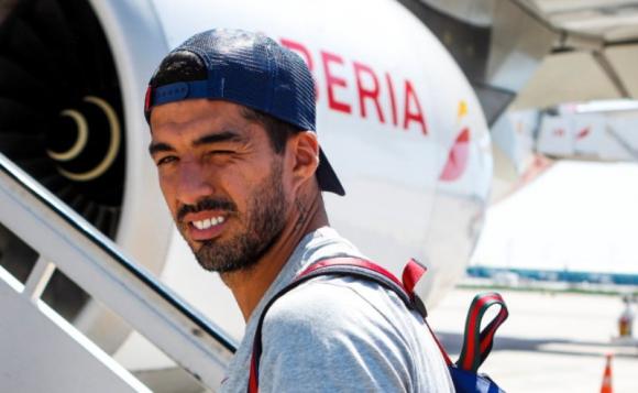 Luis Suárez subiéndose al avión en la 2da parte de la pretemporada con el Barcelona. Foto: Twitter Oficial FC Barcelona.