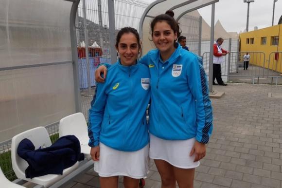 Jimena Miranda y Camila Naviliat luego de su triunfo ante Chile en pelota vasca, en los Panamericanos de Lima. Foto: @PrensaCOU