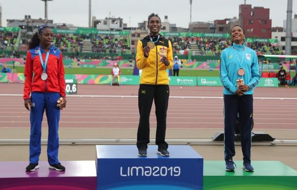 Debórah Rodríguez recibe su medalla. Foto: AFP