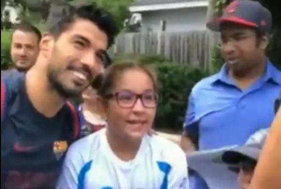 Luis Suárez se toma una foto con tres uruguayas fanáticas en Estados Unidos.