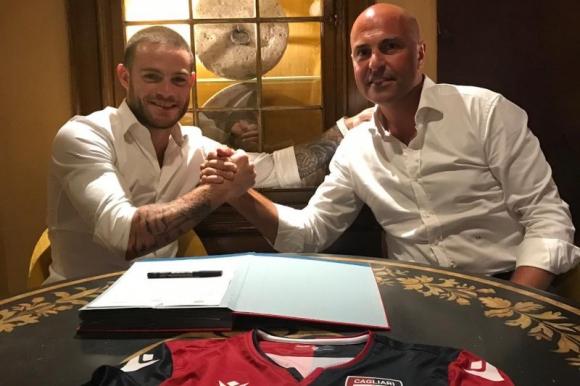 Nahitan Nández firmando su contrato en el Cagliari.