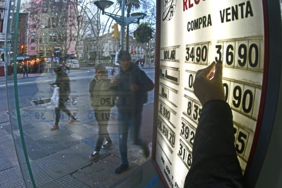 Pizarra del dólar en Uruguay. Foto: Fernando Ponzetto