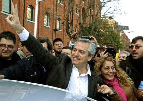 Alberto Fernández saluda a sus votantes; el candidato fue el gran ganador de las elecciones internas en Argentina. Foto: AFP