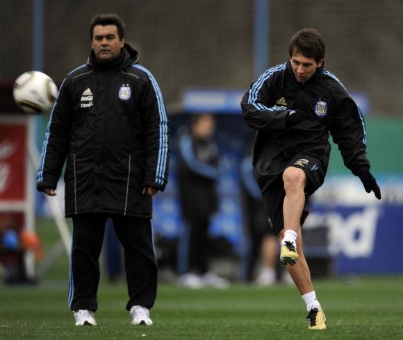 El Tata Brown junto a Lionel Messi en 2011. Foto: AFP.