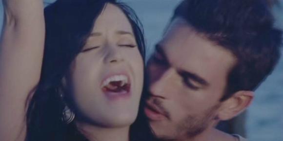 """Katy Perry y Josh Kloss en el videoclip de """"Teenage Dream"""". Foto: Captura de YouTube."""