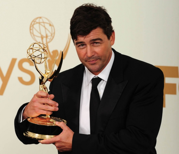 Kyle Chandler con su premio Emmy. Foto: Archivo