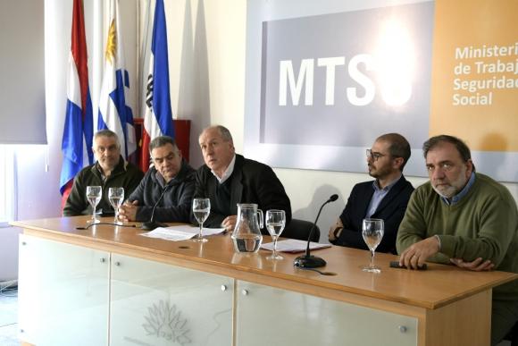 Ernesto Murro, ministro de Trabajo, en conferencia de prensa. Foto: Marcelo Bonjour