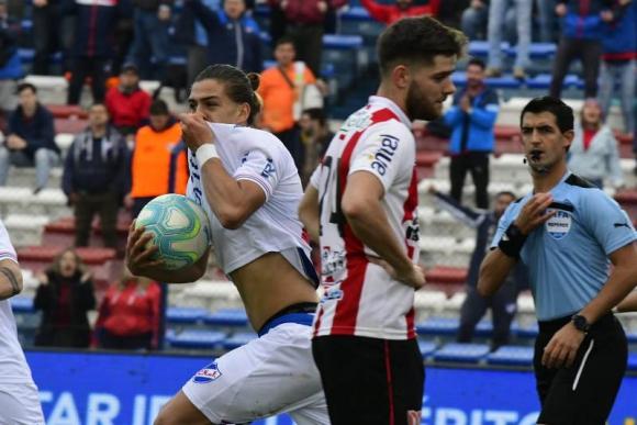 Thiago Vecino celebra su primer tanto en Primera con Nacional frente a River Plate. Foto: Leonardo Mainé.