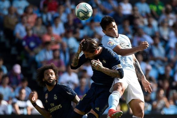 Gabriel Fernández ante la marca de Sergio Ramos en el juego entre Celta y Real Madrid. Foto: AFP