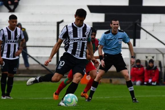 Ignacio González define para poner el gol del descuento ante Rampla Juniors. Foto: Francisco Flores.