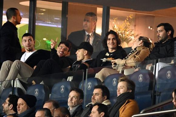 Leandro Paredes y Edinson Cavani en la tribuna observando uno de los partidos del PSG. Foto: Reuters.