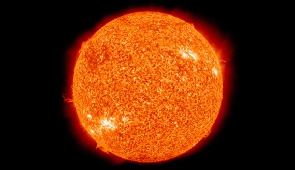 Muchos objetos espaciales impactan cada día contra el Sol. (Imagen: Solar Dynamics Observatory de la NASA)