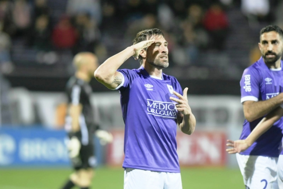 Mariano Pavone celebra el gol de Defensor Sporting ante Danubio. Foto: Marcelo Bonjour