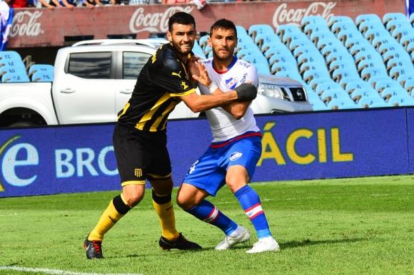 Fabricio Formiliano y Gonzalo Bergessio en disputa por la pelota en el clásico. Foto: Nicolás Pereyra.