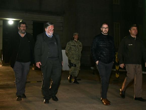 Andrés Berterreche, el ministro Bayardi, el prosecretario Roballo y el comandante en jefe del Ejército, Feola, salen del predio del Batallón 13. Foto: Fernando Ponzetto