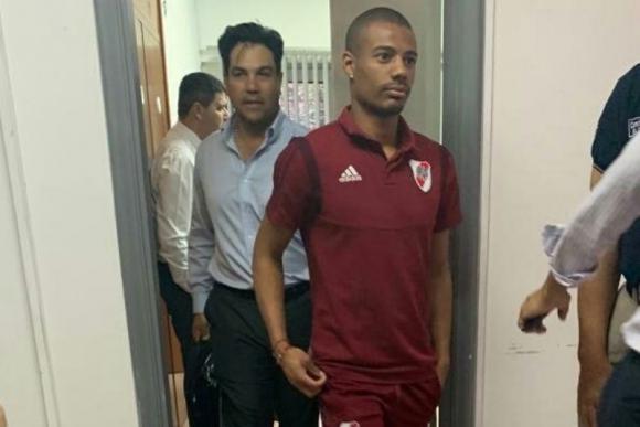 Nicolás de la Cruz y el abogado Oscar Tuma, luego de que el jugador declarara.