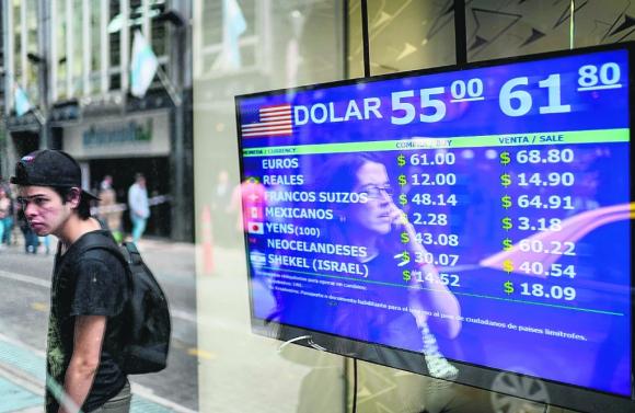 Pizarra de cotización de las principales monedas en Buenos Aires. Foto: EFE