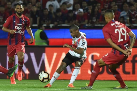 Nicolás De la Cruz mandando una pelota al área