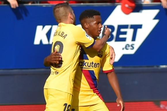 Ansu Fati celebra el tanto que marcó frente al Osasuna con la camiseta de Barcelona. Foto: AFP