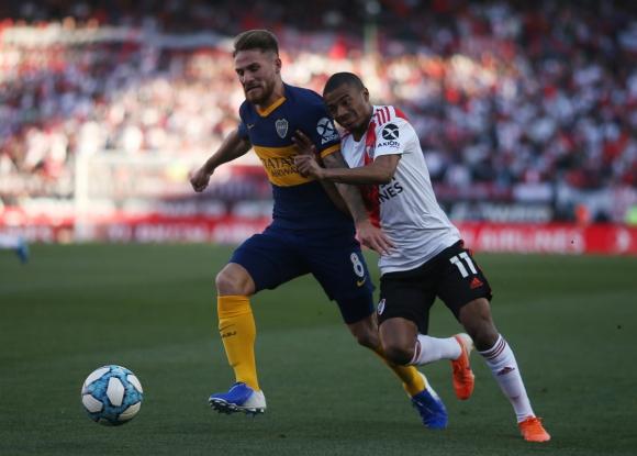 Nicolás De La Cruz y Alexis MacAllister en el clásico entre River y Boca. Foto: Reuters.