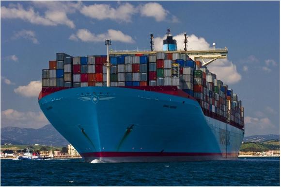 Barco carga contenedores. Foto: Archivo El País