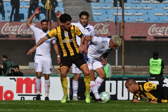 Gastón Rodríguez y Felipe Carballo disputan la pelota en el Nacional-Peñarol del Intermedio. Foto: Gerardo Pérez.