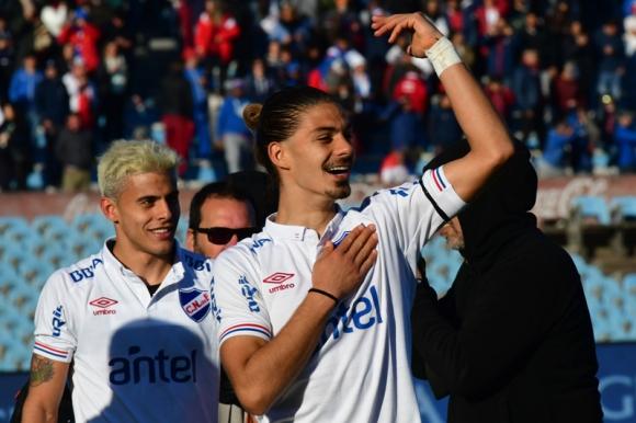 Thiago Vecino celebra tras la victoria de Nacional ante Peñarol en su primer clásico en Primera División. Foto: Francisco Flores.